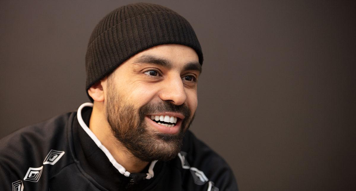 Hussein Fawaz skrattar och tittar åt sidan.