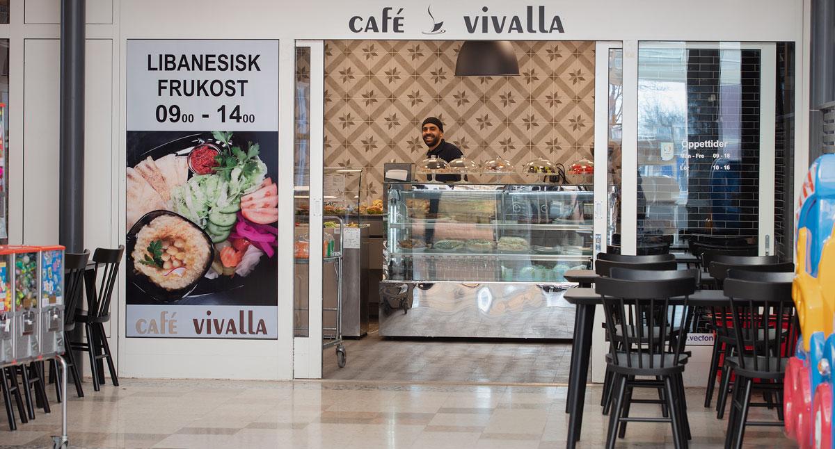 Entrén till Café Vivalla i Vivalla centrum.