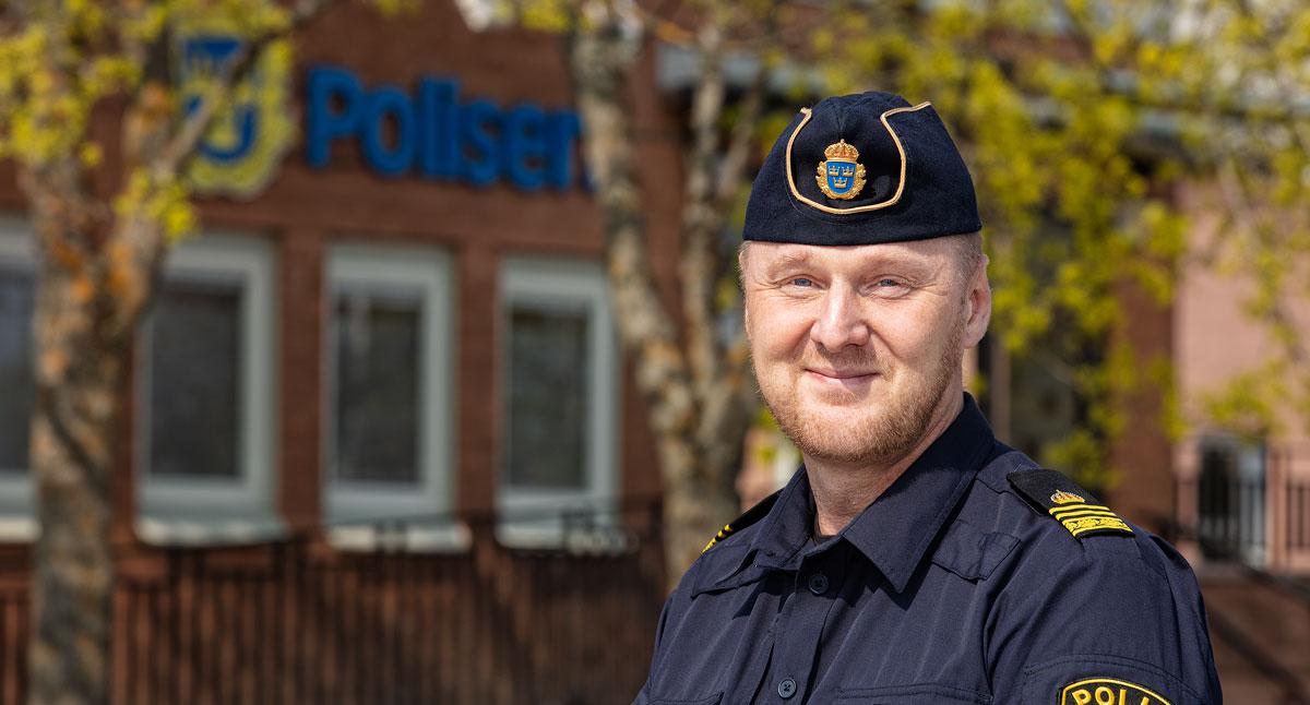 Porträttfoto av Tobias Löfström framför Polisens lokaler i Vivalla.