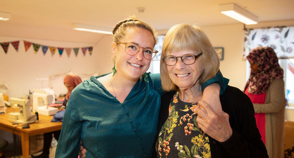 Nina van Rooyen och Stina Östman ler och håller om varandra.